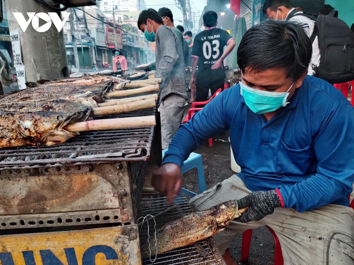 Từ 6 giờ sáng, hàng chục tiệm bán cá lóc nướng trên đường Tân Kỳ Tân Quý (quận Tân Phú) đã nhộn nhịp người mua bán. Theo phong tục dân gian, ngày 10 tháng giêng là ngày cúng Thần tài, trên mâm cúng không thể thiếu món cá lóc nướng nên nhiều tiệm đã tranh thủ nướng từ khuya để sáng sớm người dân mua về cúng.