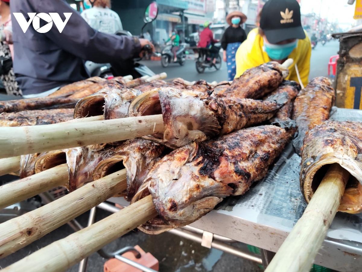 Giá cá nướng năm nay dao động từ 160.000-170.000 đồng/con, tăng 10.000 đồng/con so với ngày thường. Do ảnh hưởng của dịch bệnh, người dân đi mua cá từ sớm để tránh tiếp xúc đông người nên lượng người mua cũng rải rác hơn so với mọi năm, tuy nhiên sức mua vẫn rất lớn.
