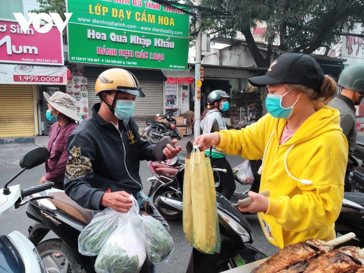 Hơn 6 giờ, người dân đã tới mua cá lóc nướng về cúng ngày Thần tài.