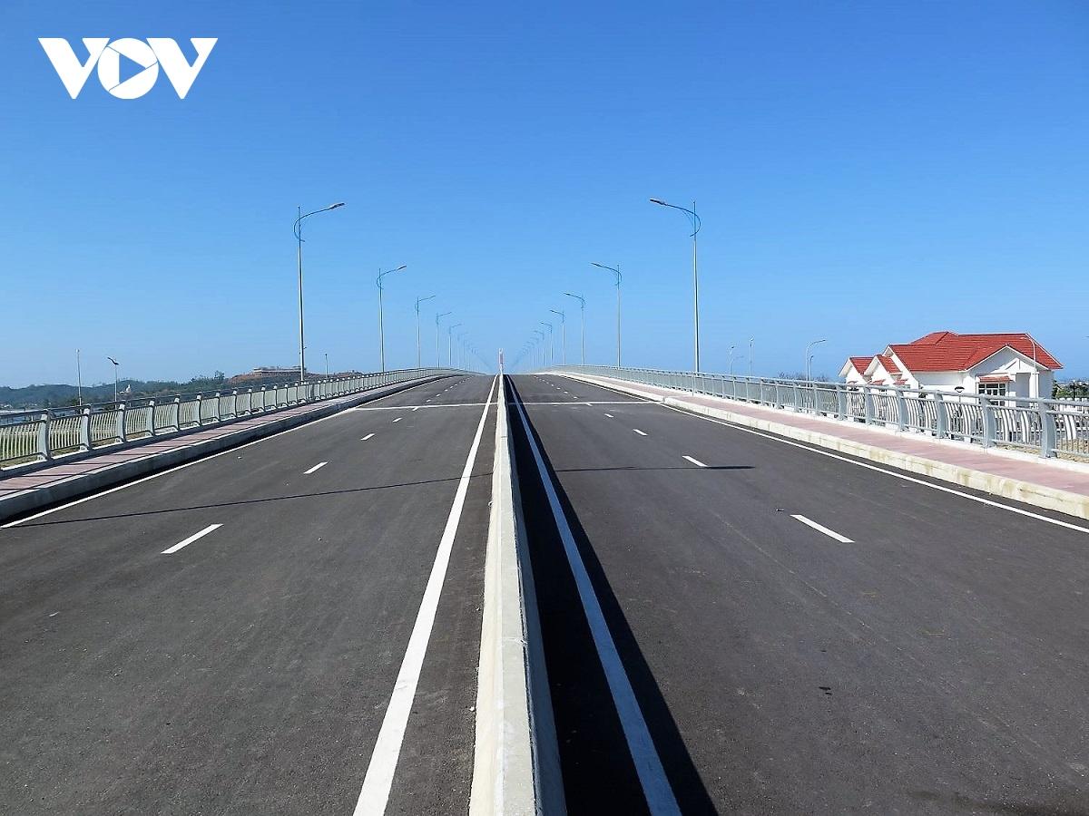 Quảng Ngãi: Cầu hơn 2.200 tỷ đồng phơi sương, dân vất vả đi vòng đường xa
