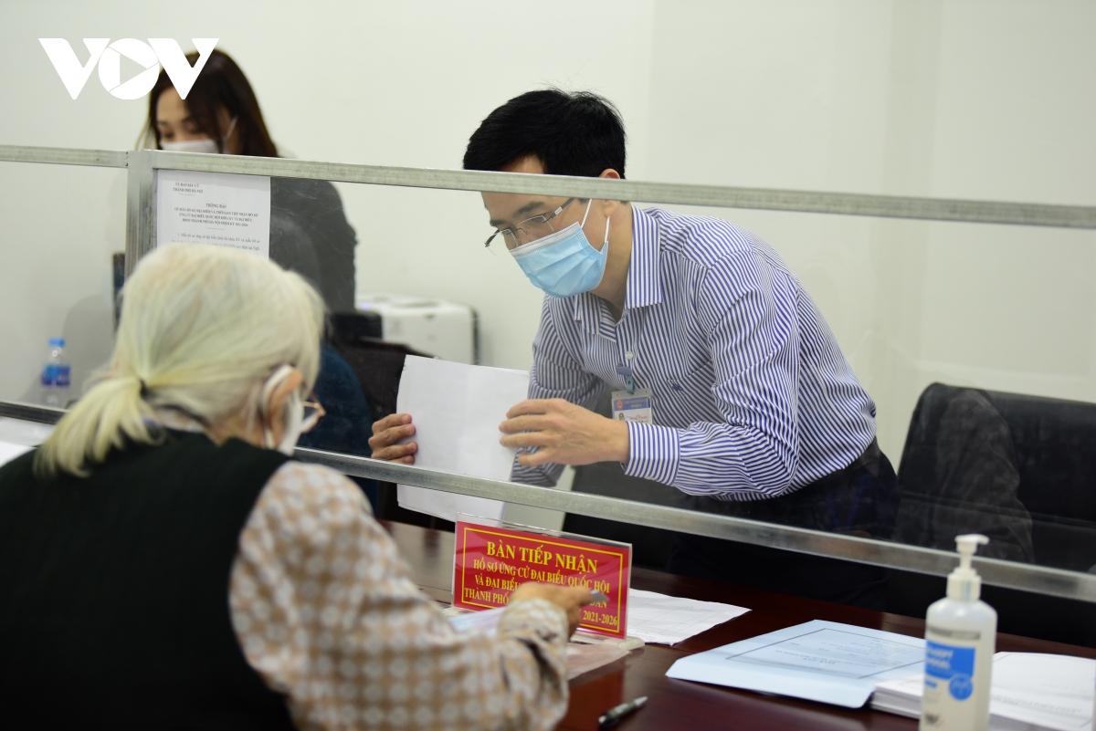 Nhiều người nhận hồ sơ tự ứng cử đại biểu Quốc hội tại Hà Nội  - Ảnh 1.