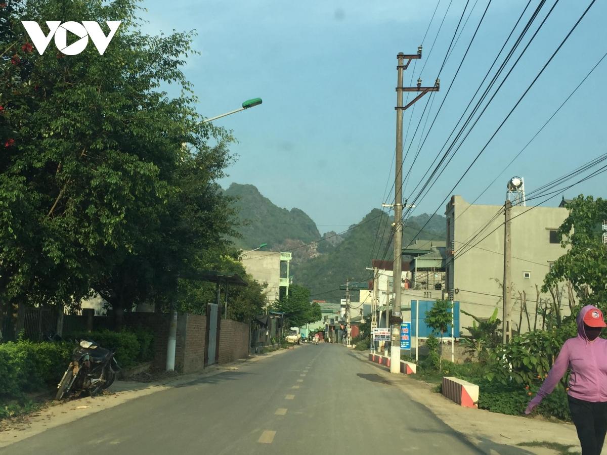 Đường vào bản Bó, phường Chiềng An, thành phố Sơn La với sự vắng bóng nhà sàn truyền thống của đồng bào Thái.