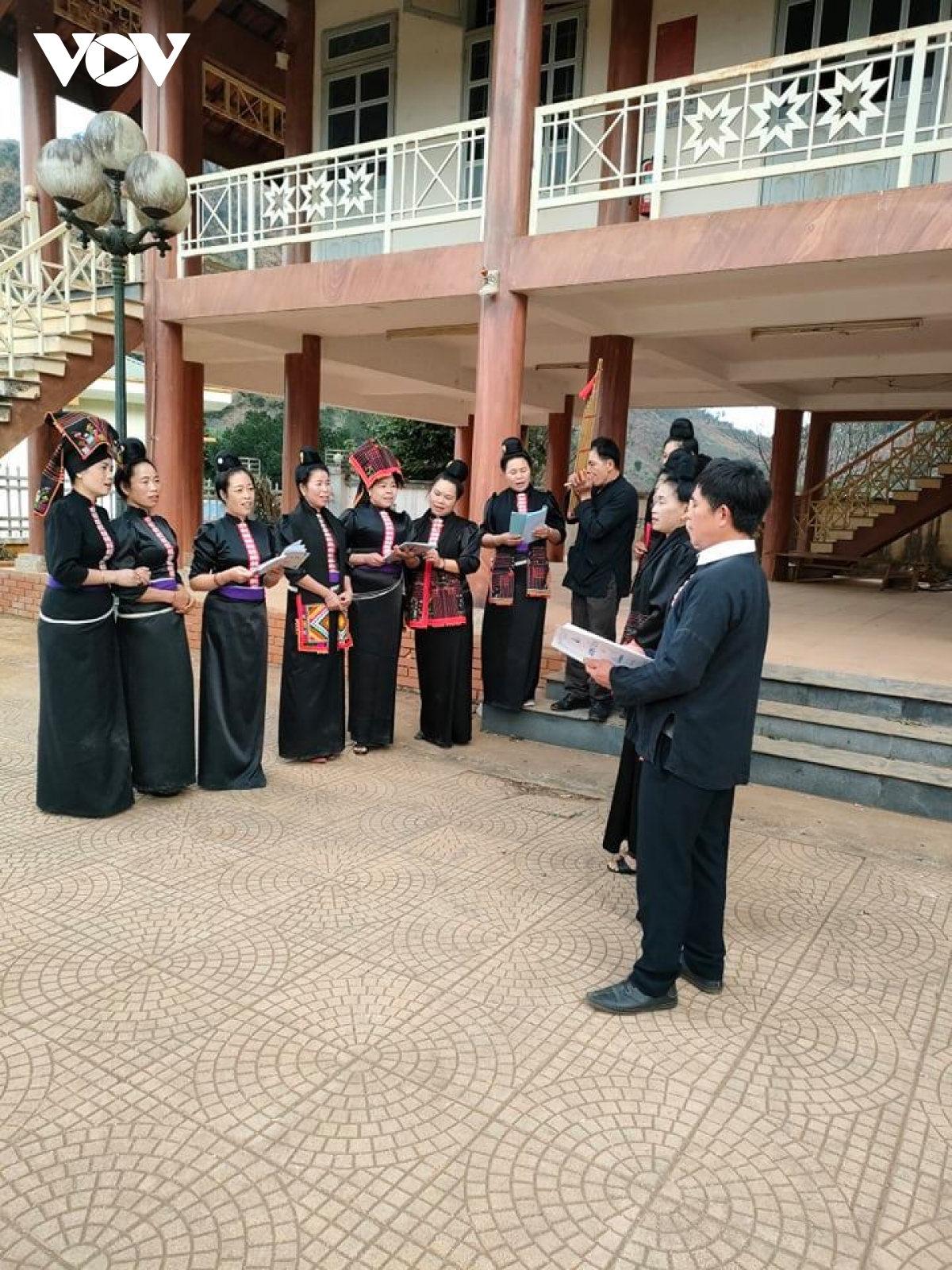Câu lạc bộ bảo tồn văn hóa Thái bản Hìn thường xuyên luyện tập các điệu mùa xòe cổ, các điệu khắp Thái.