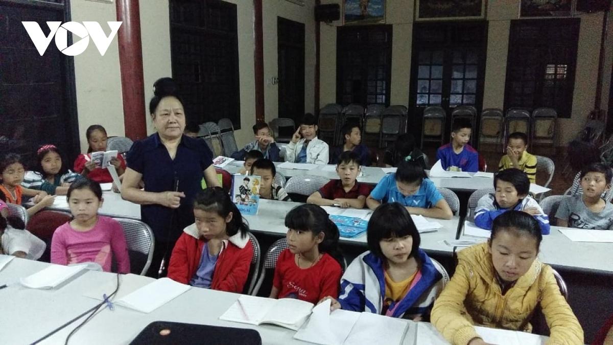 Lớp dạy chữ Thái do dòng họ Quàng ở bản Bó tổ chức.