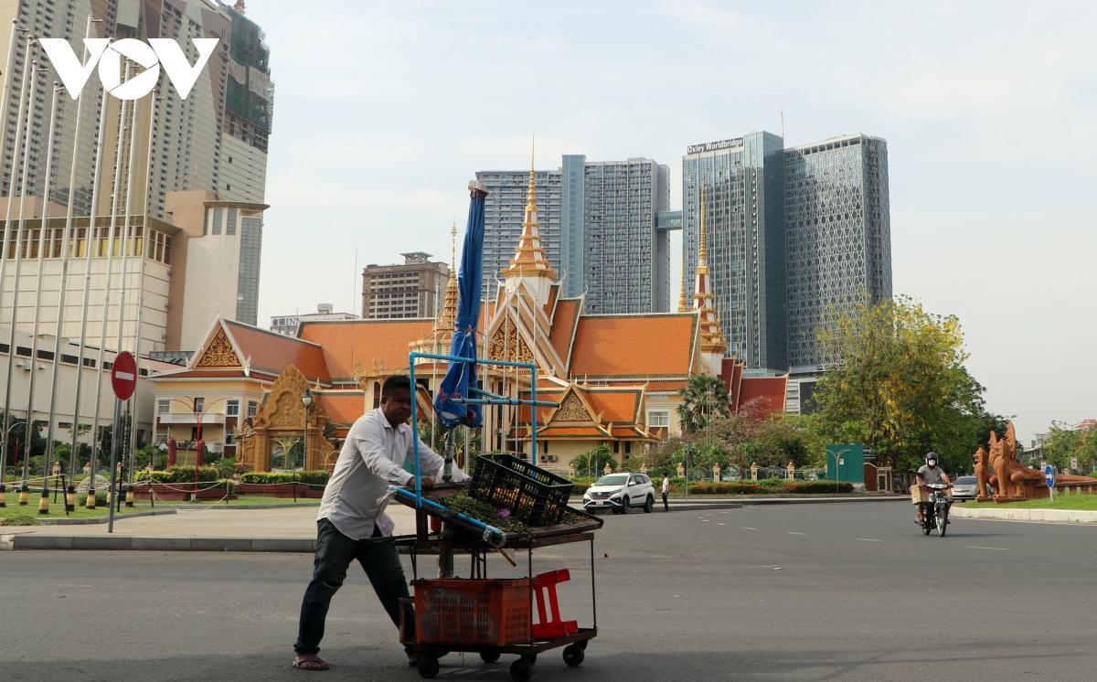 Thủ đô Phnom Penh (Campuchia) ngày đầu dỡ bỏ lệnh phong tỏa vì Covid-19 | VOV.VN