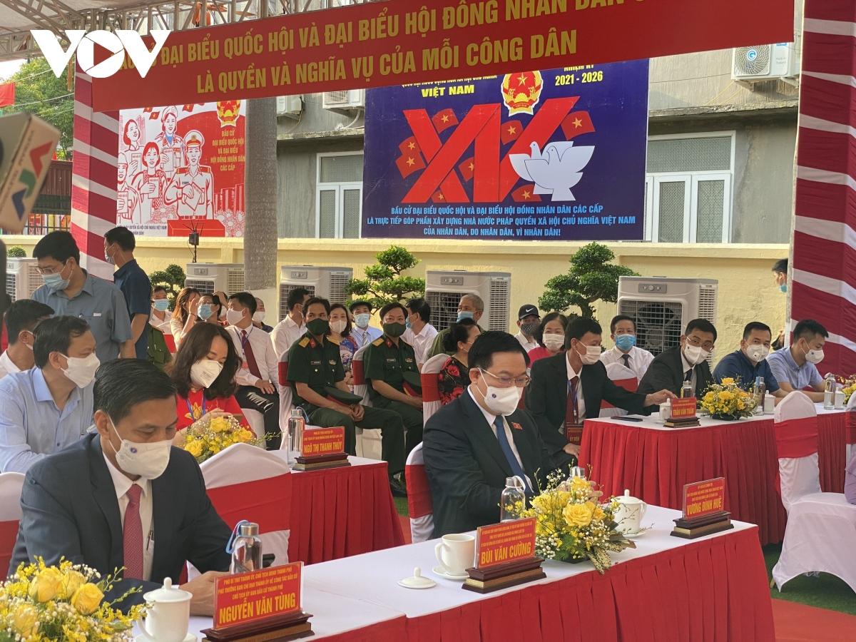 Trước khi vào khu vực bỏ phiếu, Chủ tịch Quốc hội Vương Đình Huệ đã do thân nhiệt, khử khuẩn theo đúng quy định. Ảnh: Lê Tuyết.