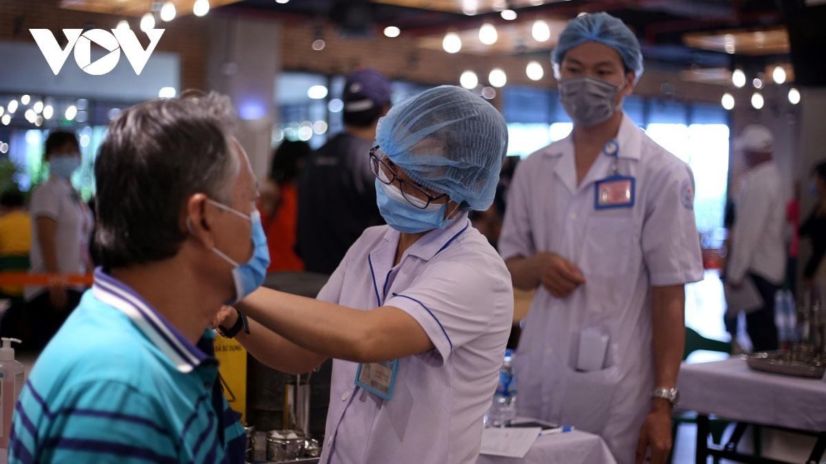 Hàng ngàn công nhân tại TP.HCM tiêm vaccine Covid-19