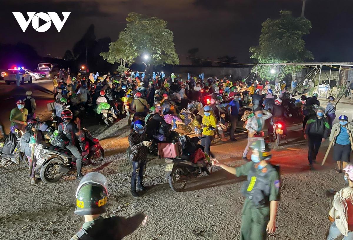 Hàng nghìn người làm việc ở các tỉnh phía Nam đi xe máy về các tỉnh miền