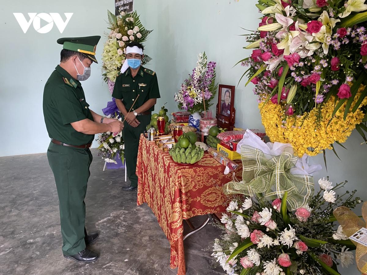 2 cán bộ biên phòng Kiên Giang chịu tang mẹ tại đơn vị | VOV.VN
