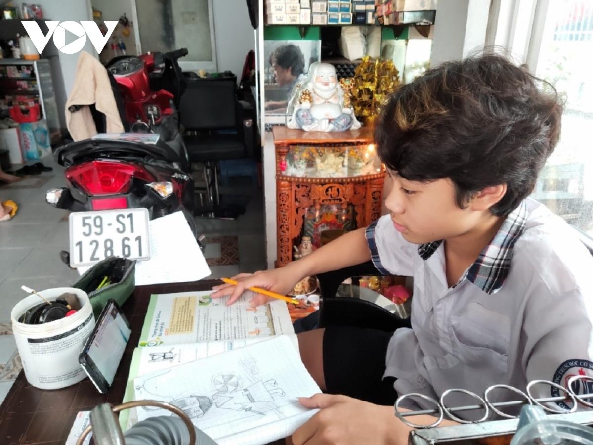 Một em học sinh của trường THCS Nguyễn Văn Bé (Quận Bình Thạnh) đang học trực tuyến vào tháng 10/2021.