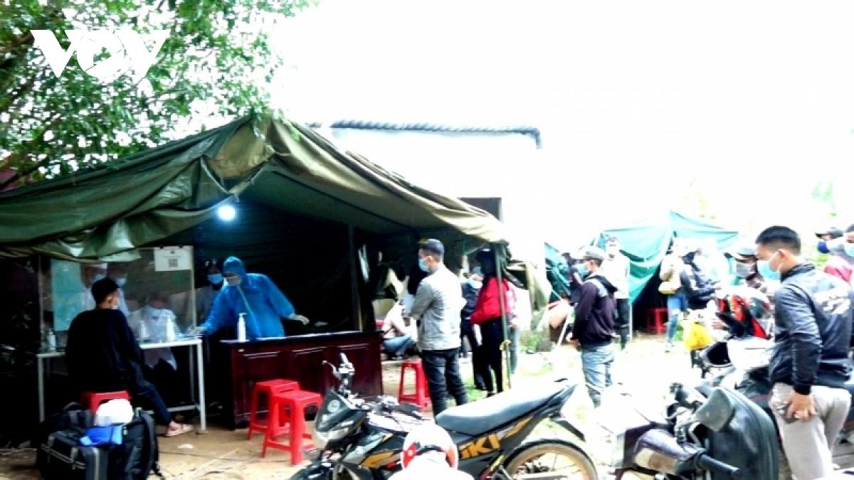Quảng Ngãi tiếp nhận hàng trăm người dân về quê bằng xe máy