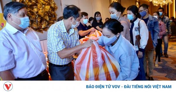 Hiệp hội Du lịch Đà Nẵng tặng 350 suất quà hỗ trợ người lao động ngành du lịch mất việc | VOV.VN