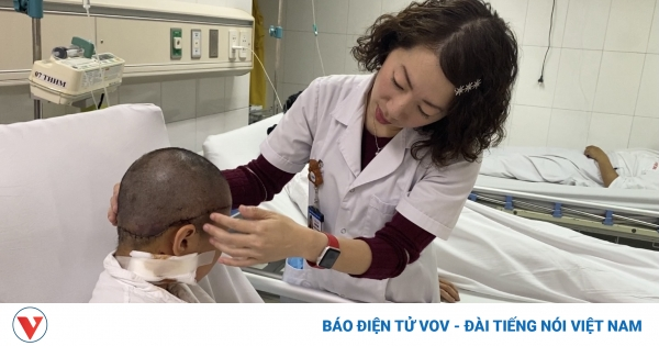 Bé gái 8 tuổi vướng tóc vào bánh xe bị lột toàn bộ da đầu | VOV.VN