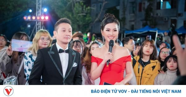 Á hậu Diễm Trang khoe vòng 1 căng đầy, hội ngộ MC Anh Tuấn | VOV.VN
