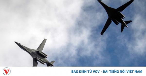 Cận cảnh màn tiếp nhiên liệu trên không ngoạn mục của máy bay ném bom B1-B Lancer | VOV.VN