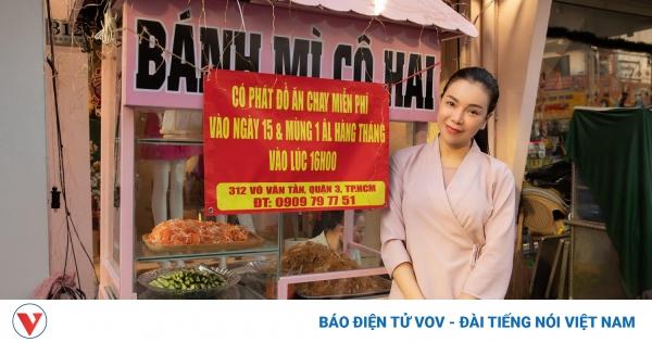 Trà Ngọc Hằng cùng con gái phát đồ chay miễn phí ngày Rằm tháng Giêng