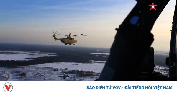 Trực thăng vận tải Mi-26 của Nga vận chuyển tiêm kích Su-27 bằng cáp treo | VOV.VN
