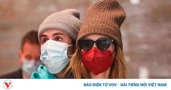 Justin Bieber tình tứ ôm vợ từ phía sau tại sân bay ở Paris