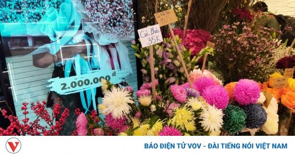 Hoa tươi, quà tặng bình dân hút khách trước ngày 8/3 | VOV.VN