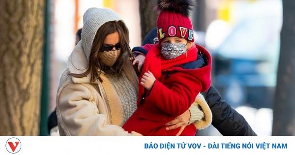 Siêu mẫu Irina Shayk sành điệu đưa con gái cưng đi dạo phố