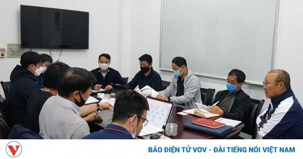 HLV Park Hang Seo họp bàn với trợ lý, gửi lời thỉnh cầu tới VFF | VOV.VN