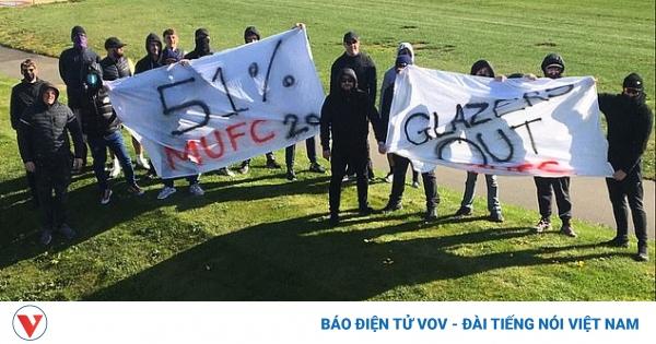 CĐV MU làm loạn, chặn đường cầu thủ đến sân tập để phản đối Super League | VOV.VN