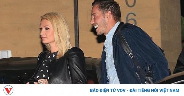 Paris Hilton cắt tóc xinh đẹp, rạng rỡ đi ăn tối cùng hôn phu