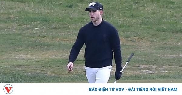 """Ca sĩ Nick Jonas tranh thủ chơi golf khi """"hộ tống"""" Hoa hậu Priyanka Chopra đến Anh"""