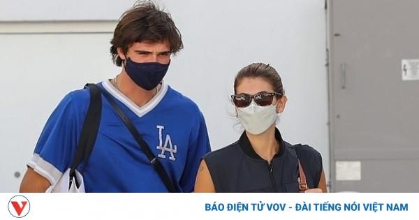 Kaia Gerber sánh đôi cùng bạn trai đi mua sắm sau tin đồn chia tay