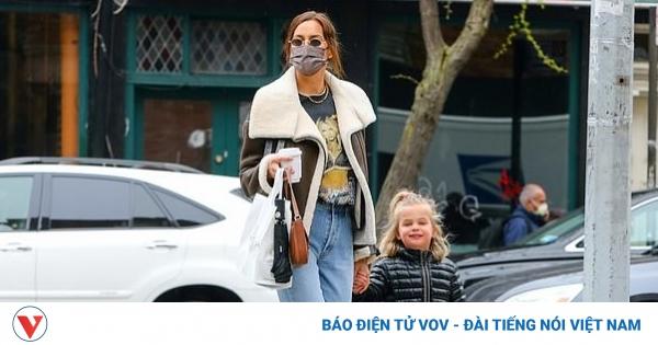 Irina Shayk diện áo phông in hình Britney Spears đi chơi cùng con gái cưng