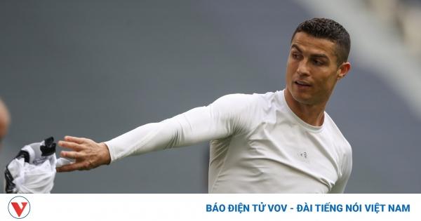 Cristiano Ronaldo ném áo đấu Juventus sau trận thắng Genoa