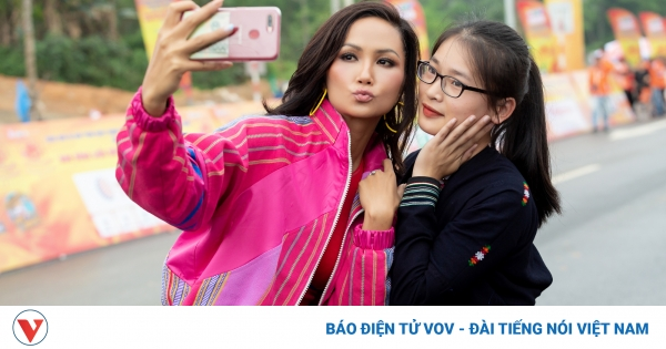 Hoa hậu H'Hen Niê diện crop top khéo khoe vòng eo 59   VOV.VN