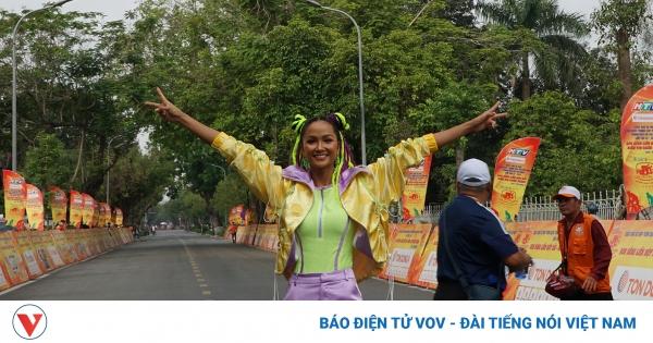 Hoa hậu H'Hen Niê tết tóc hai búi, diện đồ thể thao cổ vũ các tay đua xe đạp   VOV.VN