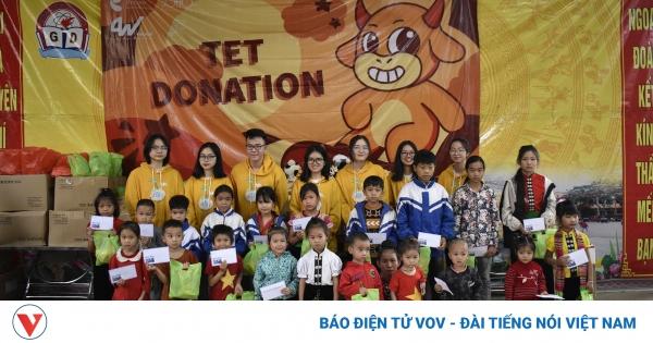 Học sinh Hà Nội mang Tết muộn đến với những bạn nhỏ vùng cao | VOV.VN