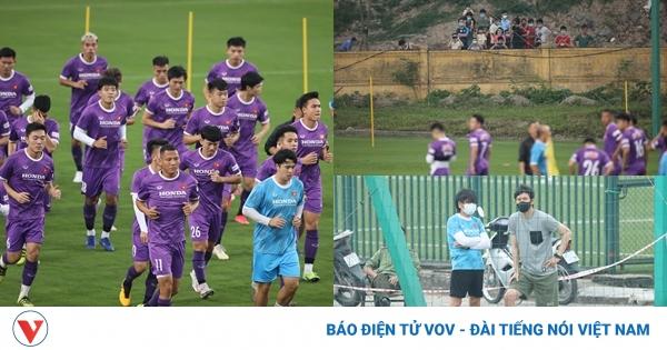 Những vị khách đặc biệt trong buổi tập đầu tiên của ĐT Việt Nam | VOV.VN