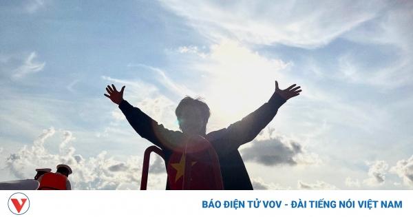 Nguyễn Trần Trung Quân xúc động khi được tặng Huy hiệu Chiến sĩ Trường Sa | VOV.VN