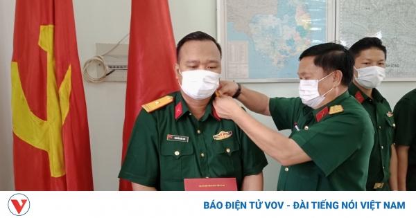 Trao quân hàm cho 3 sỹ quan quân đội tại khu cách ly | VOV.VN
